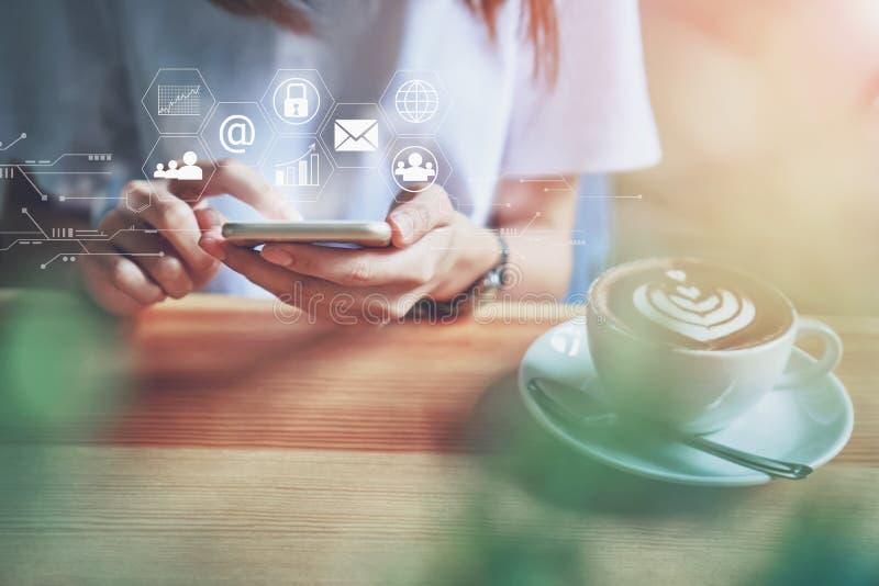 Las mujeres que usan un smartphone en la exhibición y la tecnología avanzan en tiendas El concepto de trabajo dondequiera con tec imágenes de archivo libres de regalías