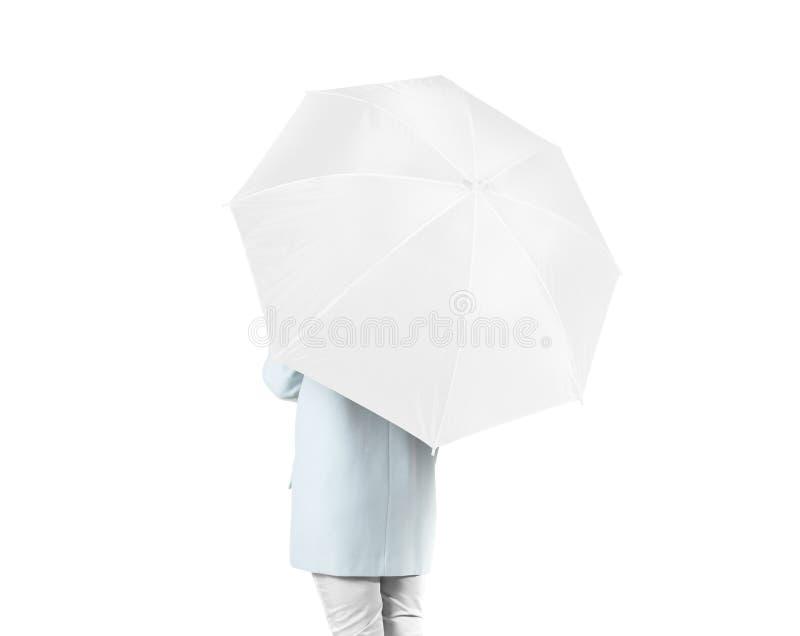Las mujeres se colocan al revés con la mofa en blanco blanca del paraguas para arriba aisladas foto de archivo