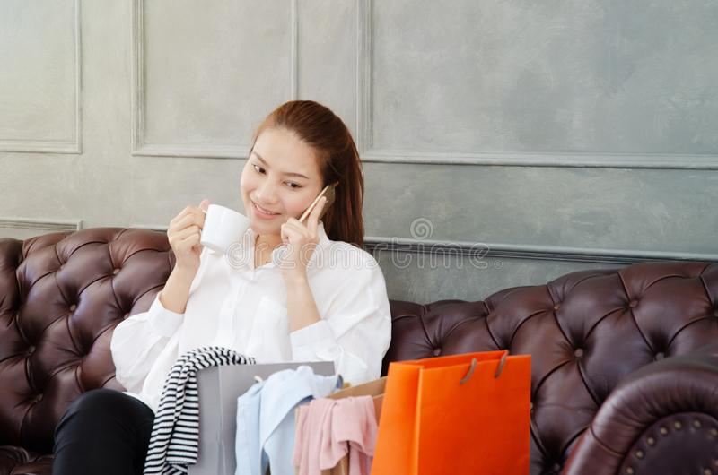 Las mujeres son de trabajo y felices fotos de archivo