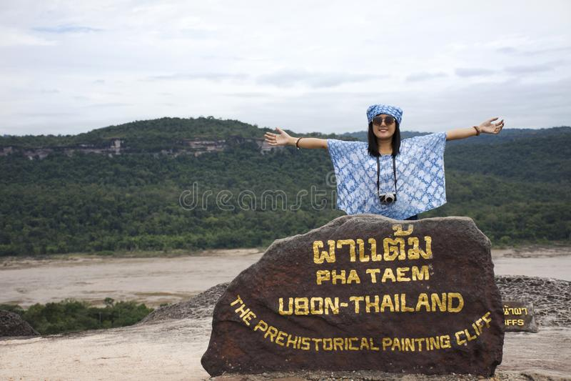 Las mujeres tailandesas de los viajeros asiáticos viajan y presentando en los acantilados del punto de vista imágenes de archivo libres de regalías