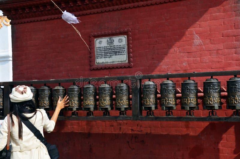 Download Las Mujeres Tailandesas Que Hacen Girar Rezo Ruedan Adentro El Templo De Swayambhunath Foto de archivo - Imagen de modelo, adulto: 41900202