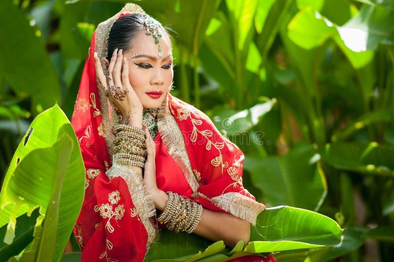 Las mujeres tailandesas realizan danzas de la India en trajes históricos foto de archivo