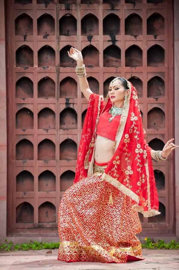 Las mujeres tailandesas realizan danzas de la India en trajes históricos foto de archivo libre de regalías