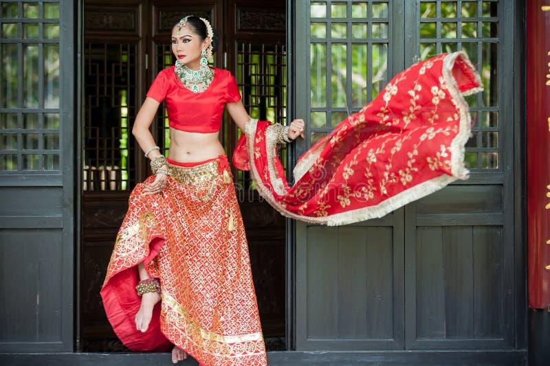 Las mujeres tailandesas realizan danzas de la India en trajes históricos fotos de archivo libres de regalías