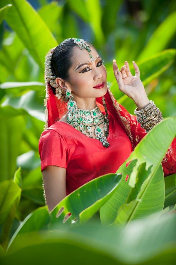 Las mujeres tailandesas realizan danzas de la India en trajes históricos fotos de archivo