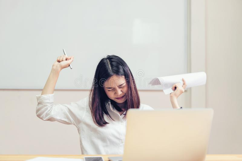 Las mujeres tienen un dolor de espalda debido al ordenador y el trabajo durante mucho tiempo imagen de archivo