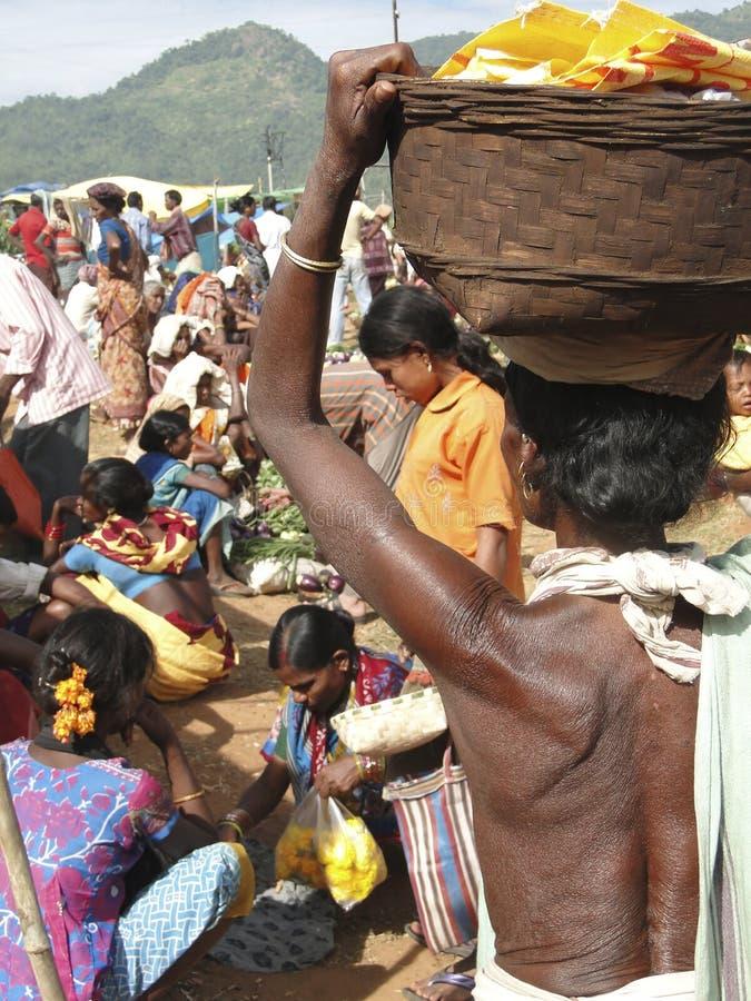 Las mujeres tribales llevan mercanc?as en sus cabezas fotografía de archivo libre de regalías