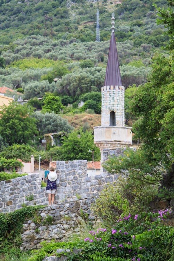 Las mujeres tur?sticas toman ruinas de la imagen de la barra de Stari, fortaleza antigua fotos de archivo