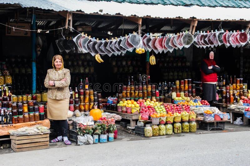 Las mujeres venden el caramelo de la fruta y la fruta a lo largo del camino imágenes de archivo libres de regalías