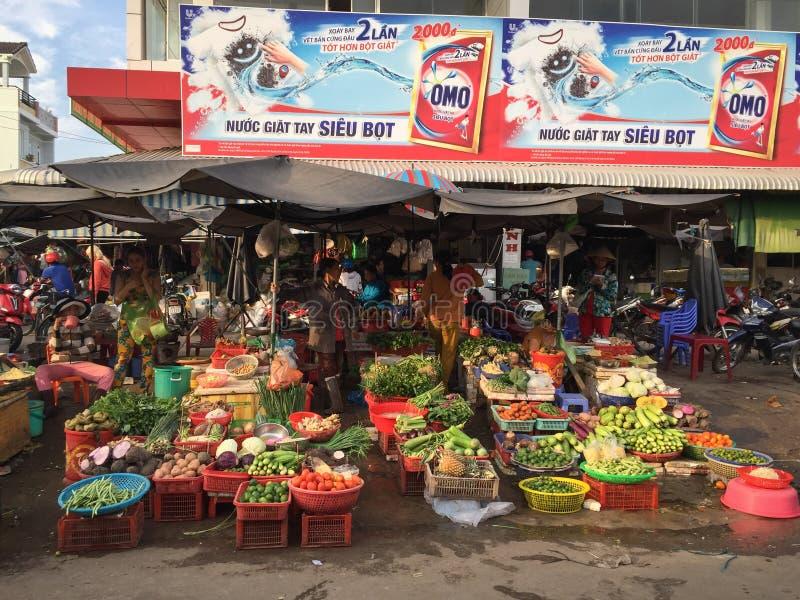 Las mujeres venden verduras frescas y la fruta en la marca de la ciudad central imagenes de archivo