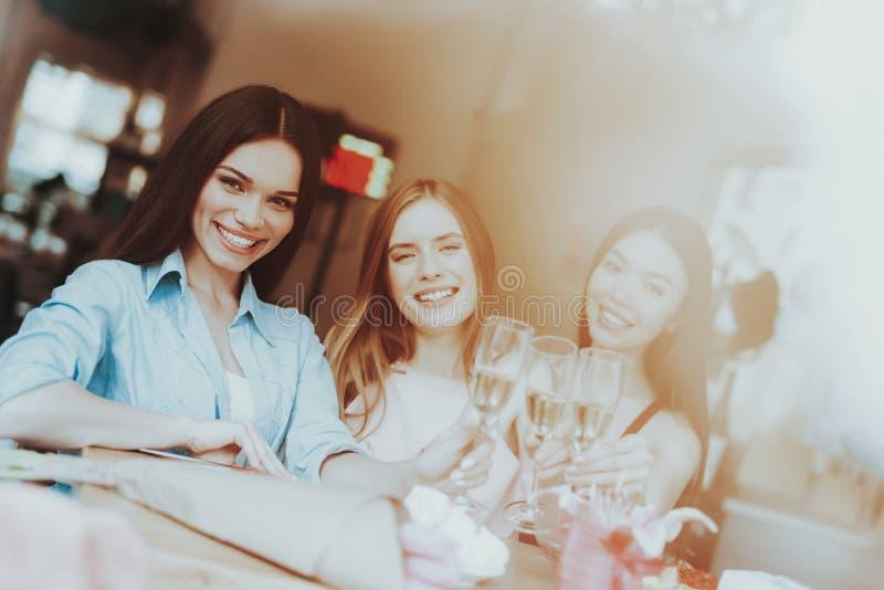 Las mujeres y el buen día de la sonrisa 8 de marzo celebran Partido y consumición para toda la mujer Girld positivo y joven pasa  fotos de archivo