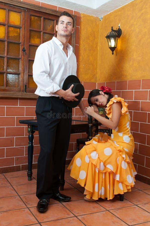 Las mujeres y el hombre en vestidos tradicionales del flamenco bailan durante Feria de Abril en April Spain fotografía de archivo libre de regalías