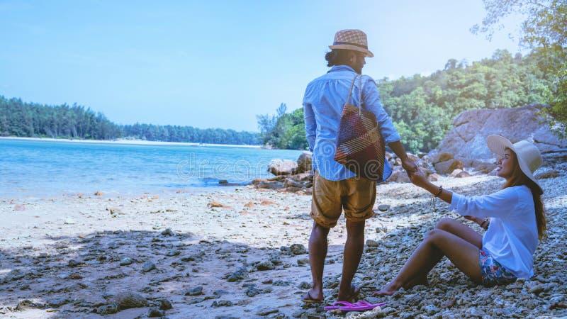 Las mujeres y los hombres asi?ticos de los pares del amante viajan naturaleza El viaje se relaja Agua de mar del juego en la play foto de archivo libre de regalías