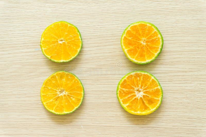 Las naranjas cortaron por la mitad en un fondo de madera, espacio libre fotografía de archivo