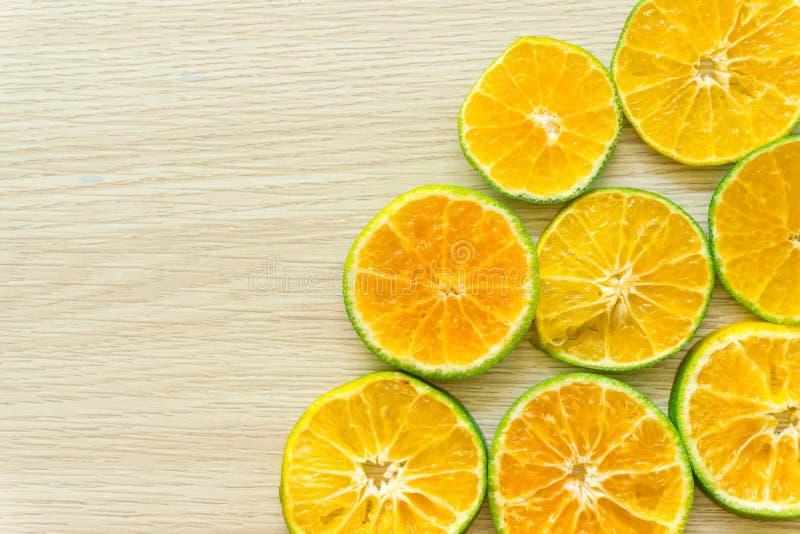 Las naranjas cortaron por la mitad en un fondo de madera, espacio libre foto de archivo libre de regalías