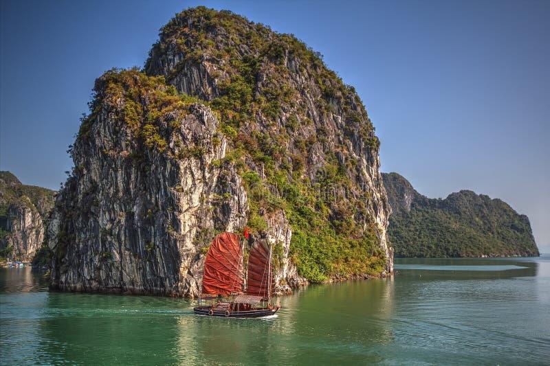 Las naves tradicionales que navegan en Halong aúllan, Vietnam foto de archivo libre de regalías