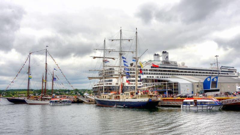 Las naves y el barco de cruceros altos atracaron en Sydney, NS foto de archivo libre de regalías