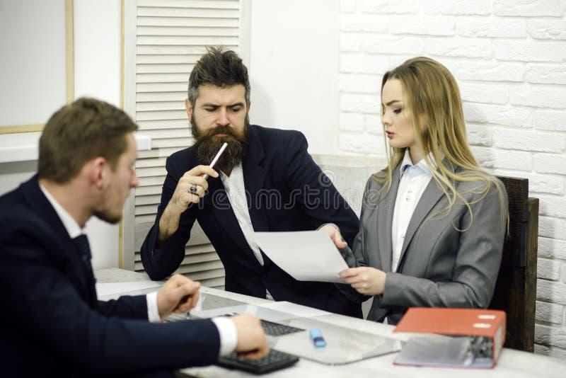 Las negociaciones del negocio, discuten tareas de funcionamiento El encargado de la señora intenta organizar proceso de trabajo c imagenes de archivo