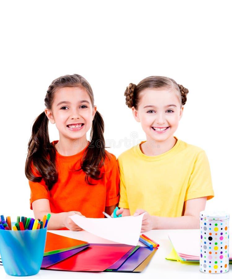 Las niñas lindas en corte colorido de la camiseta scissor la cartulina imagen de archivo