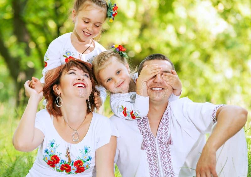Las niñas lindas hacen la sorpresa para sus padres foto de archivo