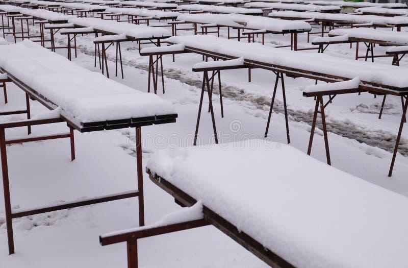 Las nieves cubrieron paradas en el mercado vacío de Zagreb fotografía de archivo