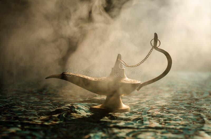 Las noches árabes antiguas diseñan la lámpara de aceite con el humo blanco de la luz suave, fondo oscuro Lámpara del concepto de  imagen de archivo