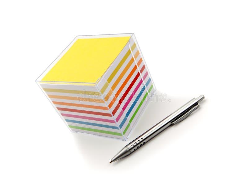 Las notas cubican y bolígrafo imágenes de archivo libres de regalías