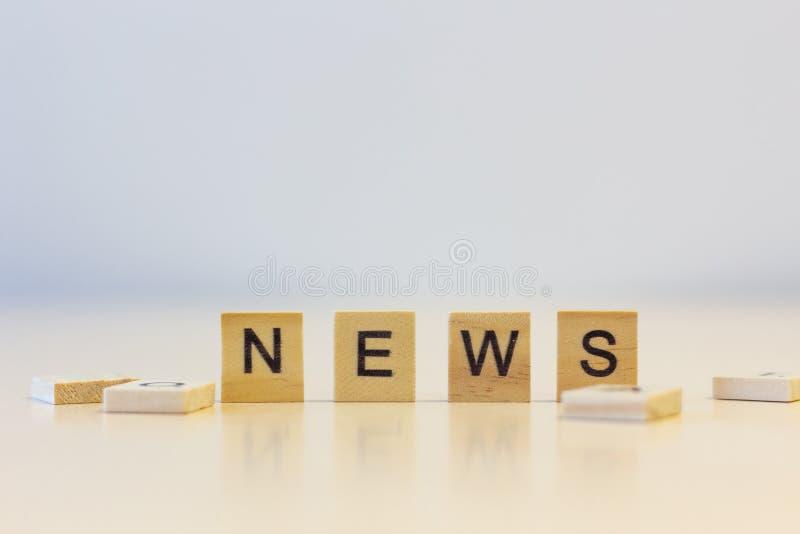 Las noticias de la palabra en los cubos imagenes de archivo
