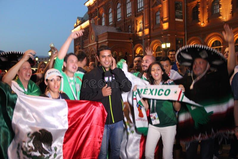 Las noticias para la televisión mexicana, son retransmisión en directo en la TV con las fans en el mundial en Moscú fotografía de archivo