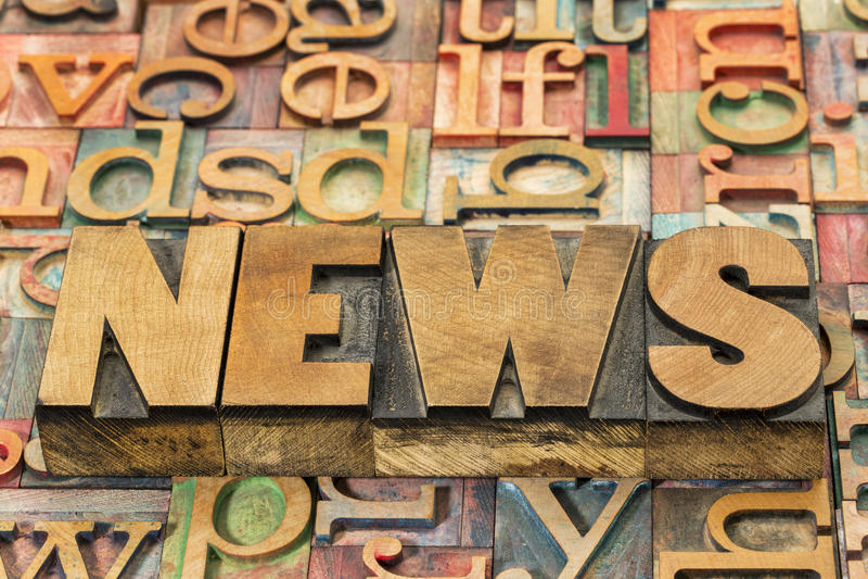 Las noticias redactan en el tipo de madera foto de archivo