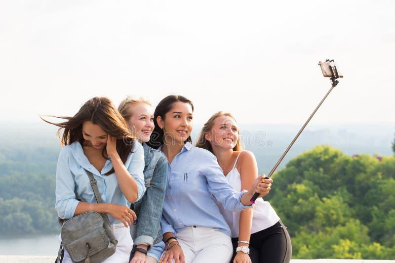Las novias divertidas hermosas hacen selfies en las montañas en el fondo de la naturaleza viaje, verano, fin de semana, paseo imágenes de archivo libres de regalías