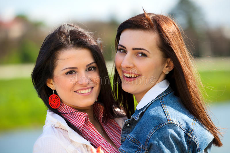 Las novias jovenes y atractivas se divierten fotografía de archivo libre de regalías
