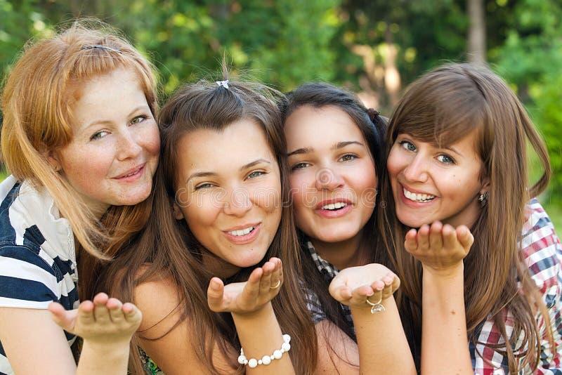 Las novias jovenes y atractivas se divierten en parque fotografía de archivo libre de regalías