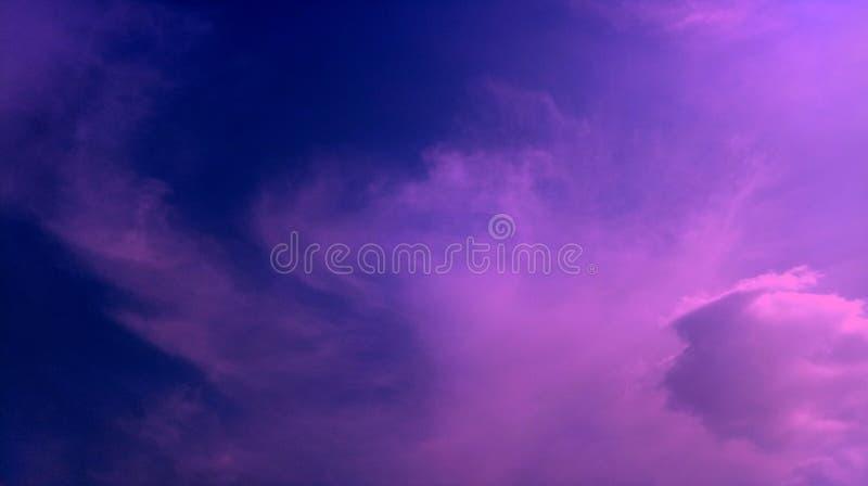 Las nubes ahumadas pican el papel pintado azul del fondo de la textura de los efectos de la mezcla de color foto de archivo
