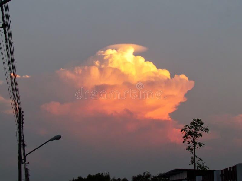 Las nubes apilaron capas son formadas por la imaginación en el cielo foto de archivo