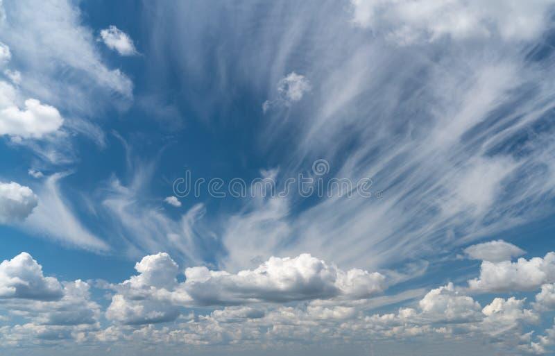 Las nubes blancas flotan en el cielo sobre la costa de mar fotos de archivo libres de regalías