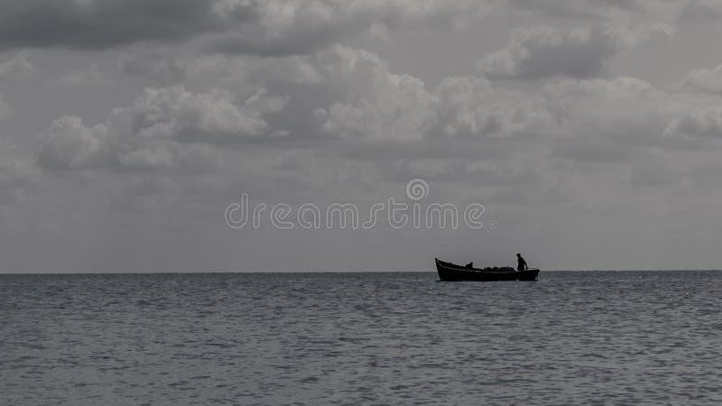 Las nubes blancas flotan en el cielo sobre la costa de mar foto de archivo