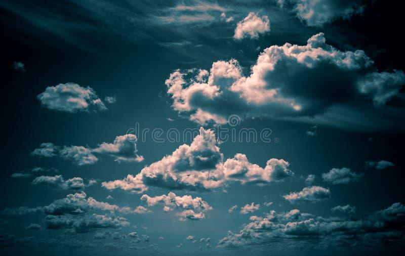 Las nubes blancas flotan en el cielo sobre la costa de mar fotografía de archivo