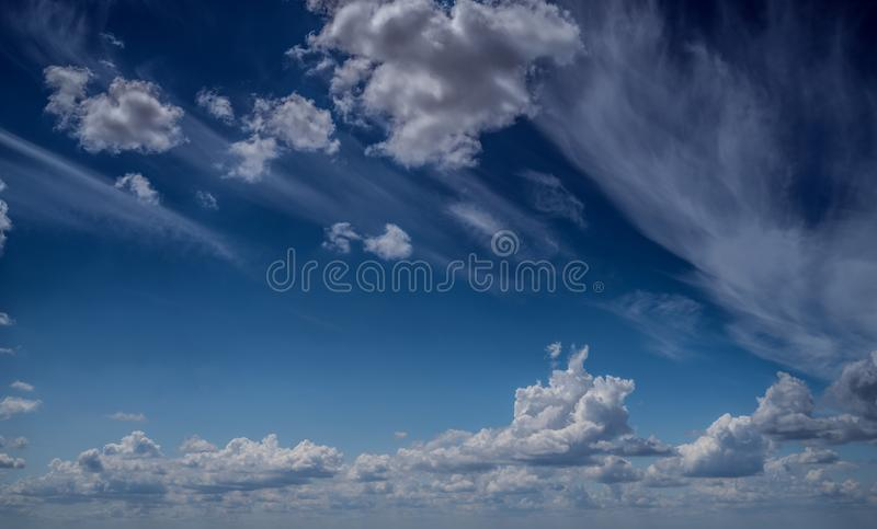 Las nubes blancas flotan en el cielo sobre la costa de mar imagenes de archivo