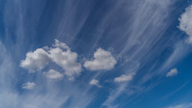 Las nubes blancas flotan en el cielo sobre la costa de mar foto de archivo libre de regalías