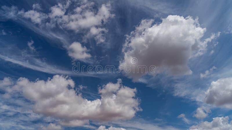 Las nubes blancas flotan en el cielo sobre la costa de mar imágenes de archivo libres de regalías