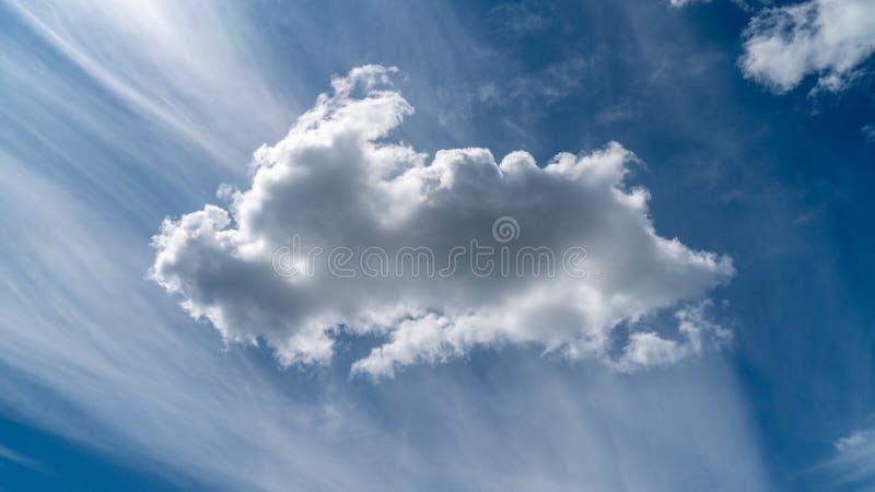 Las nubes blancas flotan en el cielo sobre la costa de mar fotos de archivo