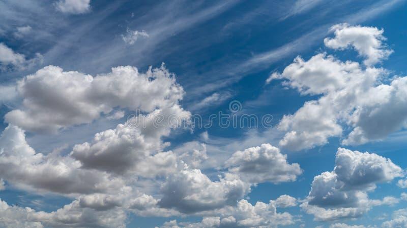 Las nubes blancas flotan en el cielo sobre la costa de mar imagen de archivo libre de regalías