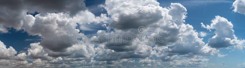 Las nubes blancas flotan en el cielo sobre la costa de mar fotografía de archivo libre de regalías