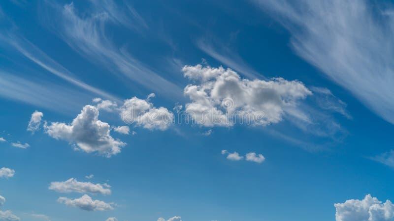 Las nubes blancas flotan en el cielo sobre la costa de mar imagen de archivo