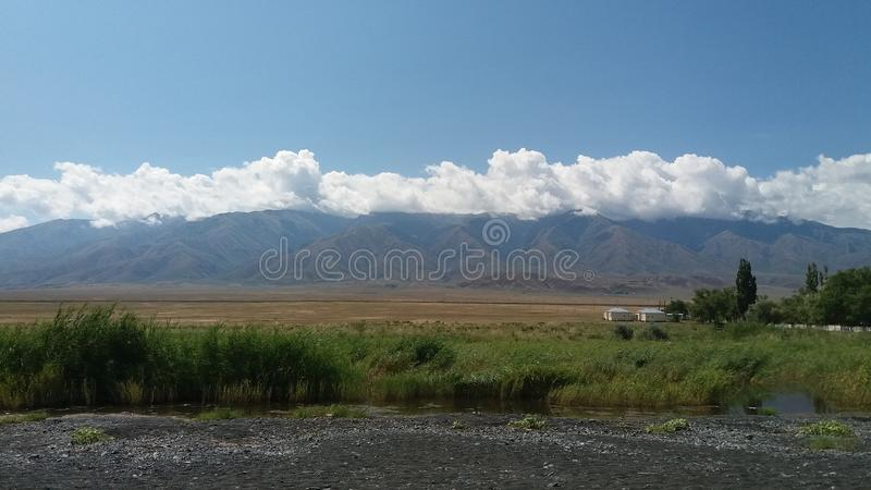 Las nubes cayeron en las montañas fotografía de archivo