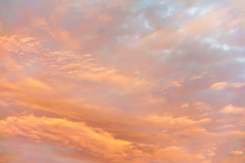Las nubes coloridas crean un painterly etéreo del extracto como humor en el cielo fotografía de archivo