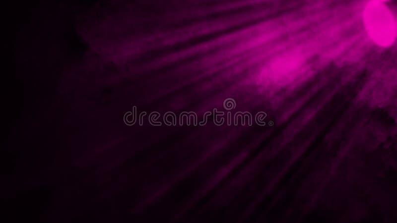 Las nubes de humo púrpuras secas del hielo empañan la textura del piso Efecto perfecto de la niebla del proyector sobre fondo ais imagen de archivo