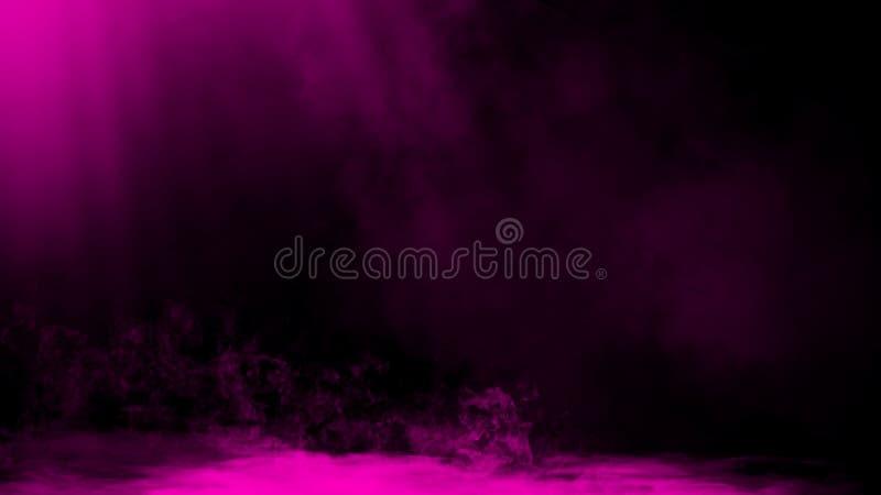 Las nubes de humo púrpuras secas del hielo empañan la textura del piso Efecto perfecto de la niebla del proyector sobre fondo ais imágenes de archivo libres de regalías