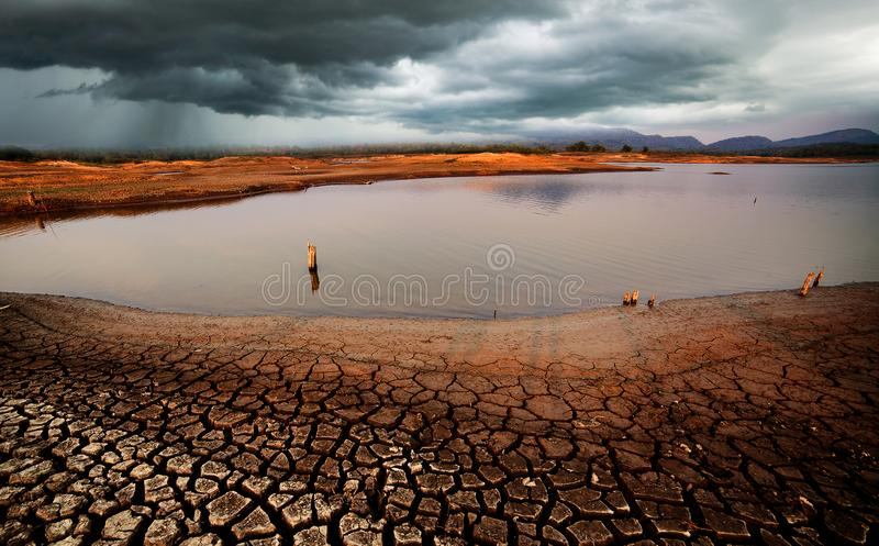 las nubes de lluvia del cielo de la tempestad de truenos agrietaron la tierra seca sin wate foto de archivo libre de regalías